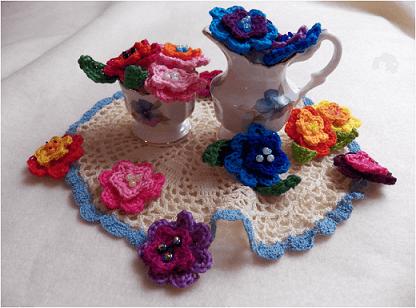 Flor de crochê em decoração de centro