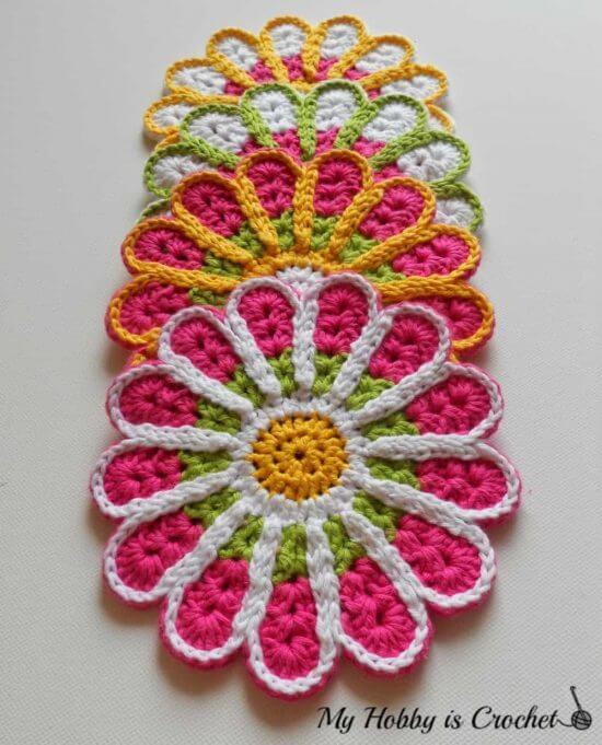 Flor de crochê em jogo de mesa