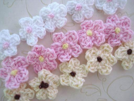 Flor de crochê em tons claros