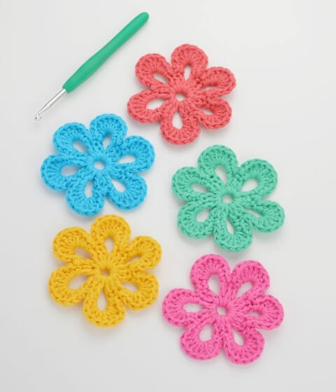 Flor de crochê em tons pasteis