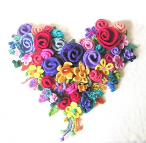 Flor de crochê formando coração