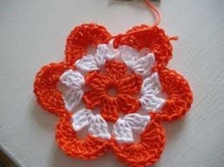 Flor de crochê laranja com branco