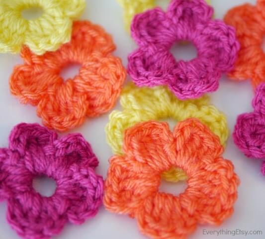 Flor de crochê pequenas coloridas