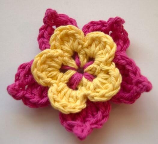 Flor de crochê rosa com amarelo