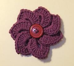 Flor de crochê roxo com botão