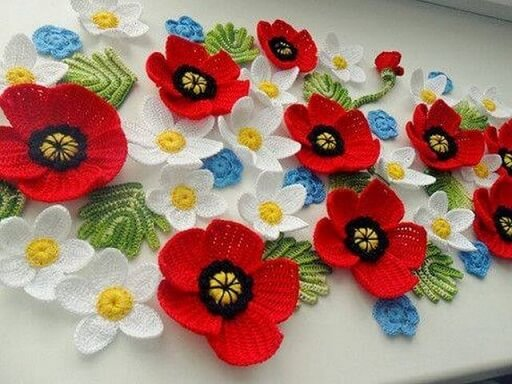 Flor de crochê vermelha com branca