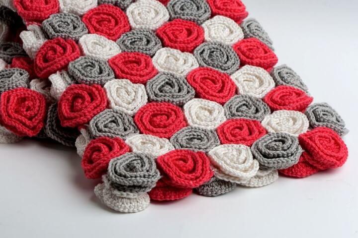 Flor de crochê vermelho, cinza e branco