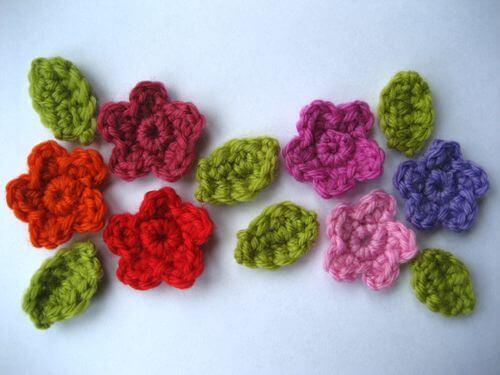 Flor de crochê vermelho e rosa