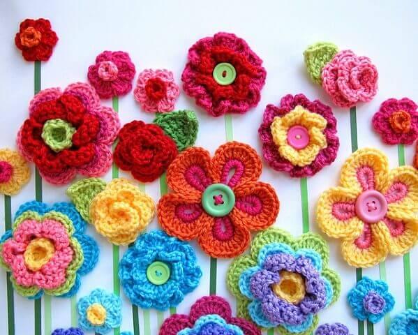 Flores de crochê coloridas com botões