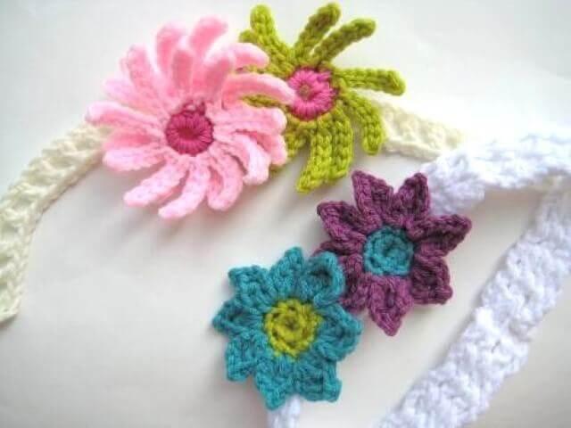 Flores de crochê em faixa infantil