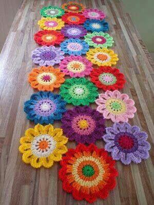 Flores de crochê em passadeira