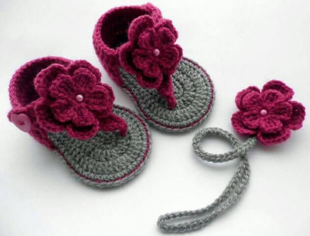 Flores de crochê em sandálias