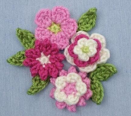 Flores de crochê em tons de rosa