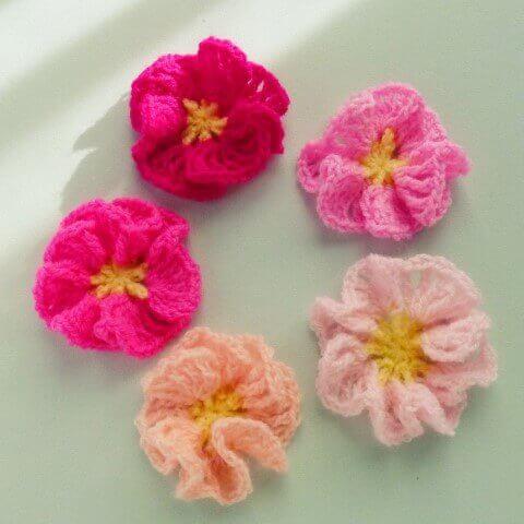 Flores de crochê em vários tons de rosa