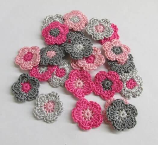 Flores de crochê rosas e cinzas