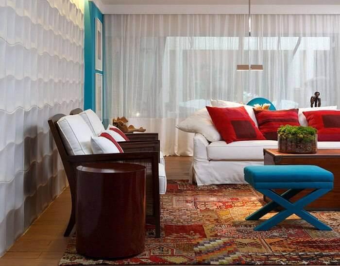 Revestimento de parede 3D claro em sala colorida Projeto de Marilia Caetano
