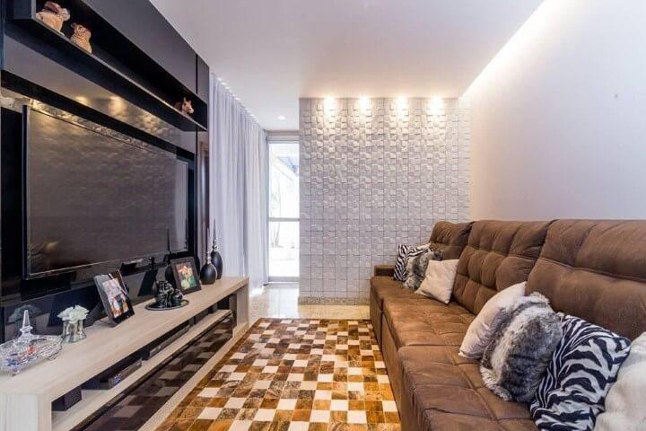 Sala de TV com meia parede com revestimento 3D branco Projeto de Mariana Lazarini Prado Generos