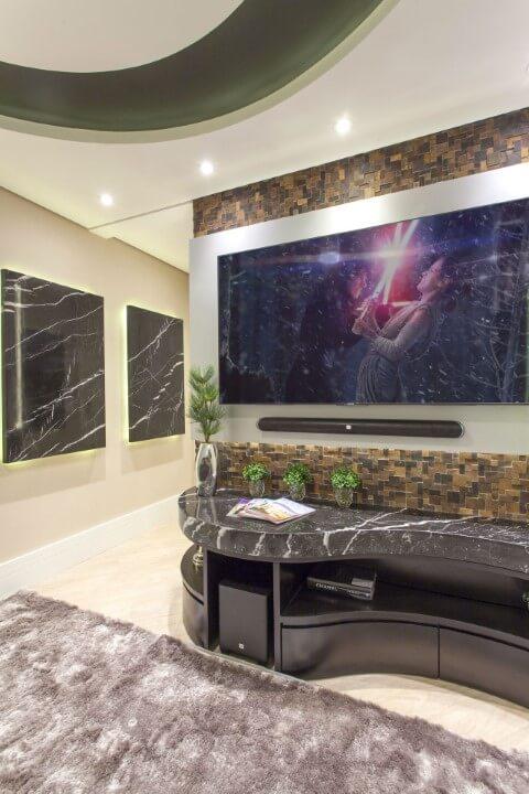Sala de TV com revestimento 3D marrom Projeto de Iara Kilaris