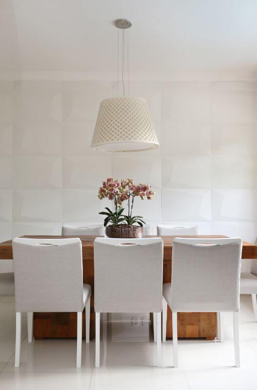 Sala de jantar clara com revestimento 3D branco na parede Projeto de Bianchi Lima-173820-proportional-height_cover_mediu