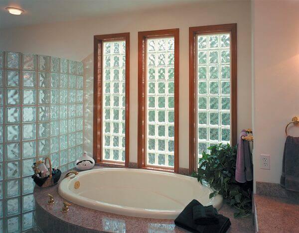 blocos de vidro banheiro com banheira e janelas
