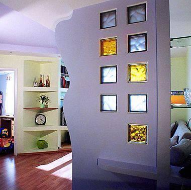 blocos de vidro coloridos sala de estar com prateleira