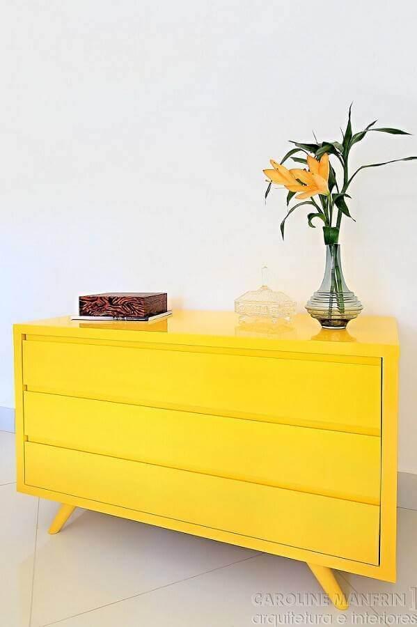 cômoda amarela com design retrô Foto Caroline Manfrin