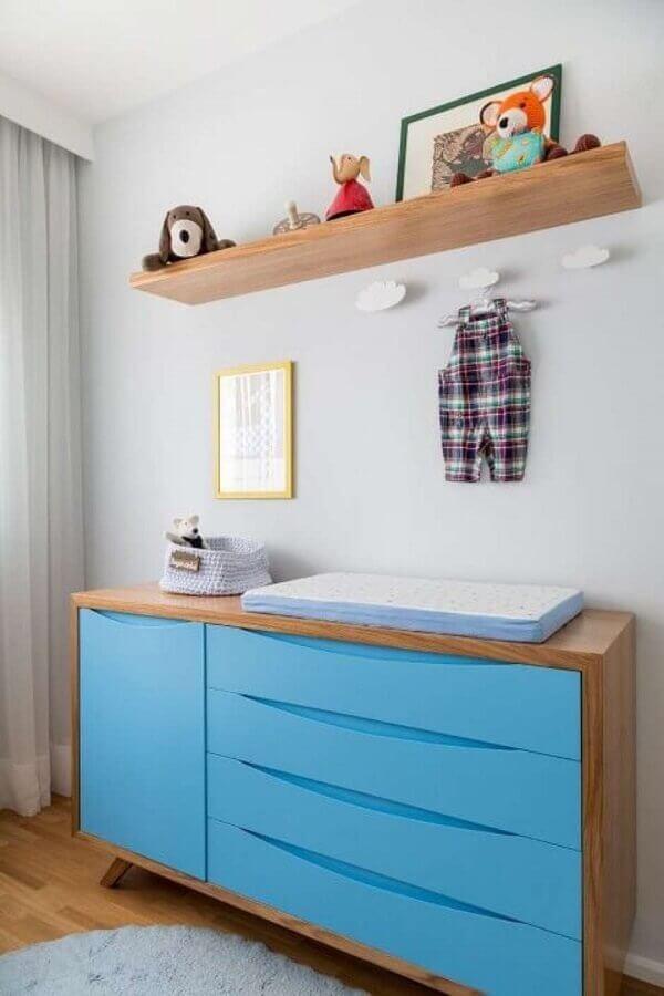 cômoda com trocador de madeira com gavetas azuis Foto Studio Novak