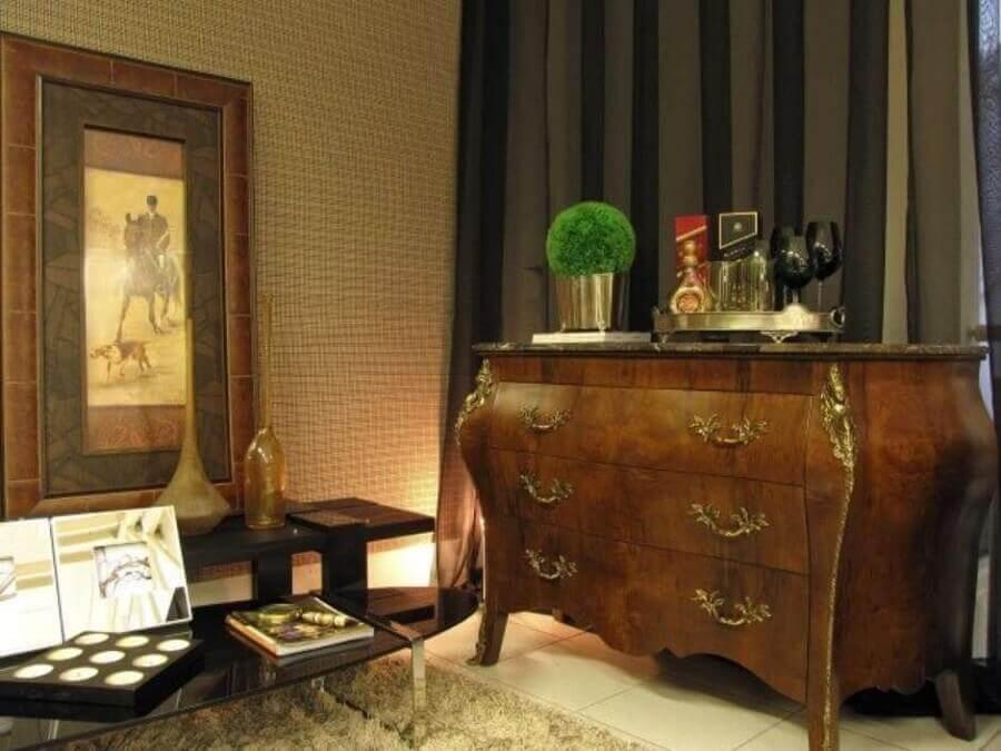cômoda de madeira vintage com detalhes em dourados Foto Symoon Hilgemberg