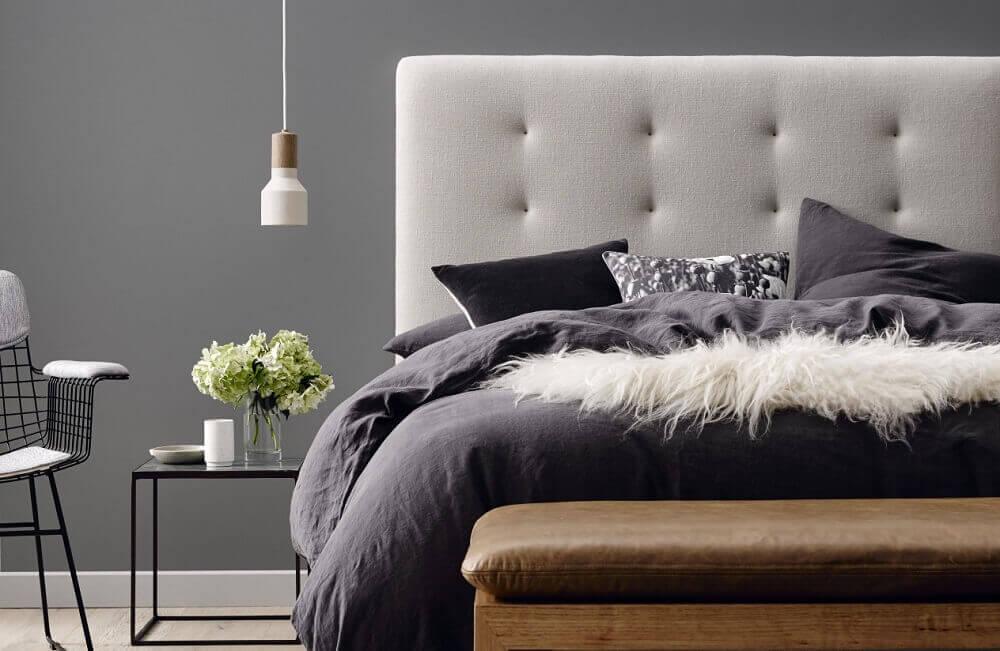 cabeceira de casal bege para quarto de casal decorado com criado moderno