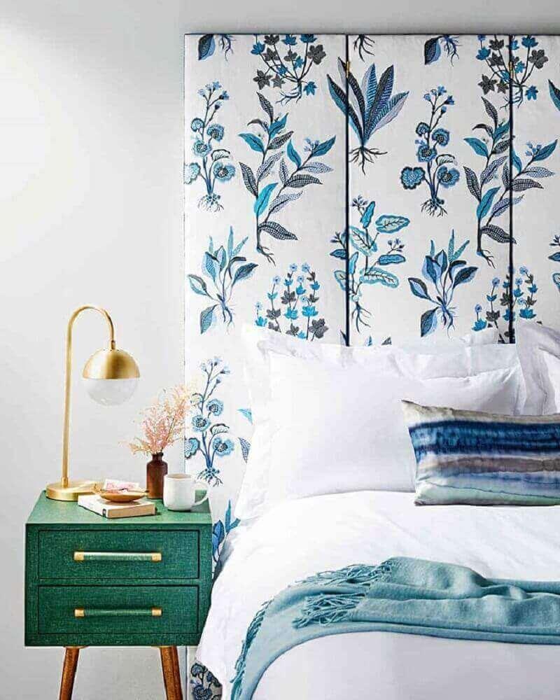 cabeceira de casal com estampa floral azul e com criado mudo verde