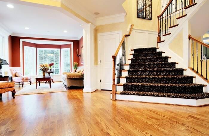 carpete de madeira escadaria e sala de estar