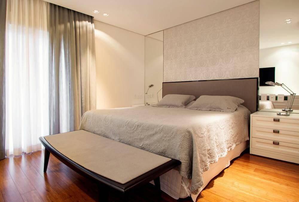 carpete de madeira quarto de casal com espelho deborah basso 24348