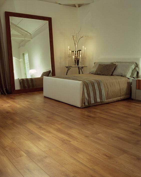 carpete de madeira quarto de casal com mesa lateral