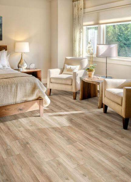 carpete de madeira quarto de casal com poltronas