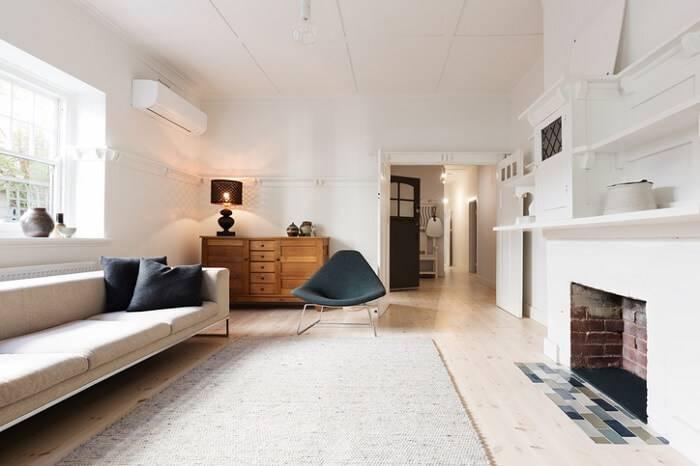 carpete de madeira sala de estar com lareira