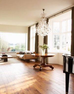 carpete de madeira sala de estar com lustre de cristal