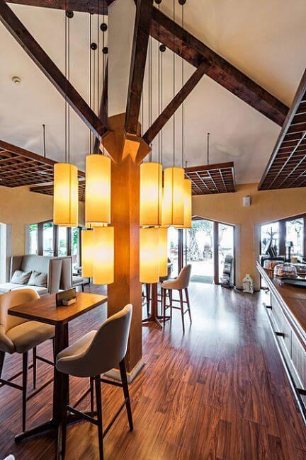 carpete de madeira sala de estar com lustre grande