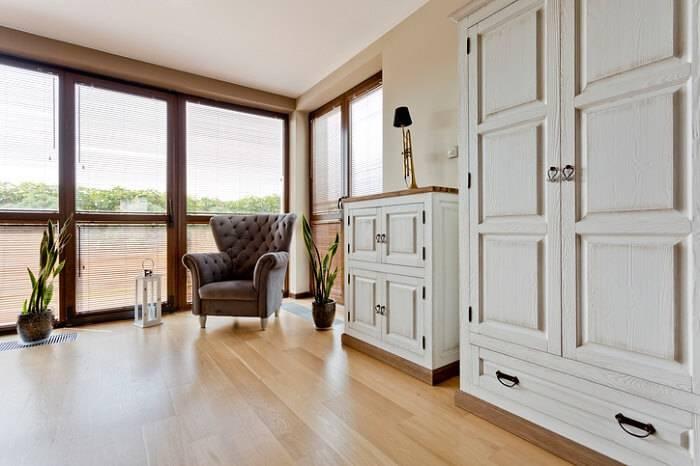carpete de madeira sala de estar com poltrona de canto
