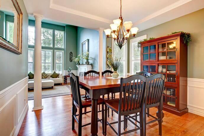 carpete de madeira sala de jantar com cristaleira