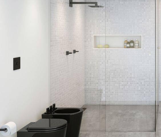 chuveiros deca de parede banheiro preto e branco