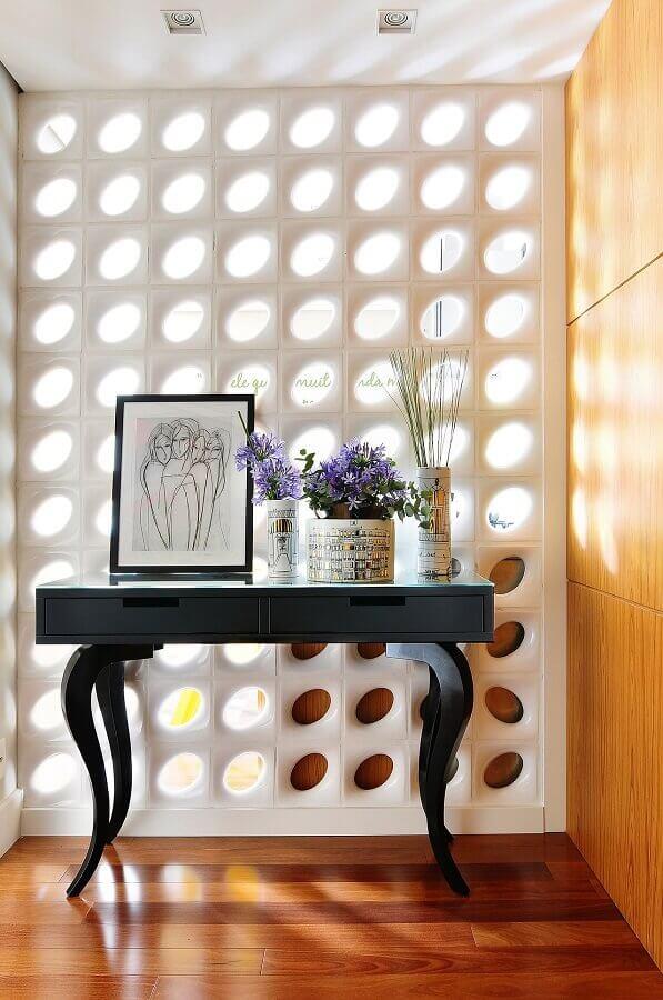 cobogó cerâmico branco para decoração de hall de entrada com aparador preto Foto Move Móvel