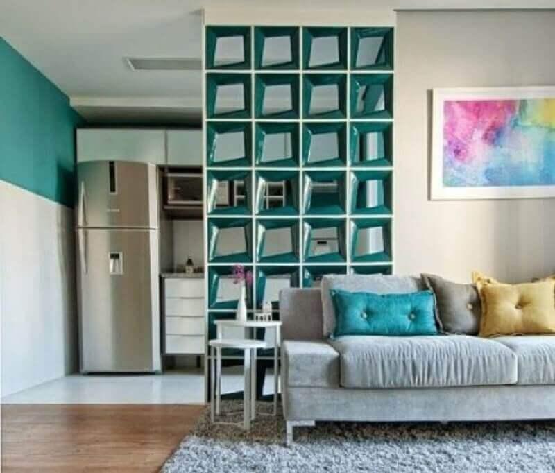 cobogó cerâmico para decorada de sala de estar com sofá cinza Foto Bose Bento