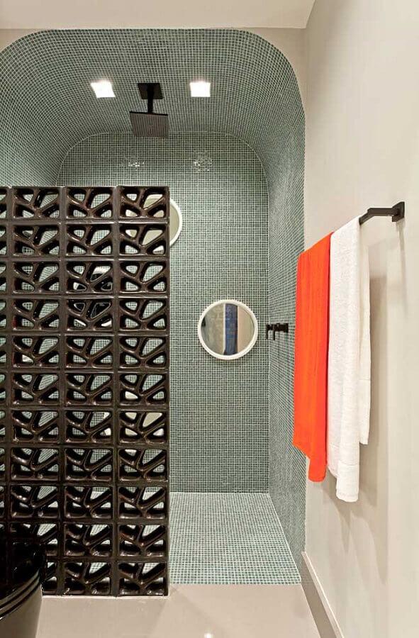 cobogó cerâmico preto para banheiro pequeno decorado com pastilhas de vidro Foto Clélia Regina Angelo