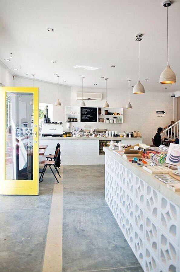 comércio decorado com cobogó de concreto pintado de branco Foto Maria Mole