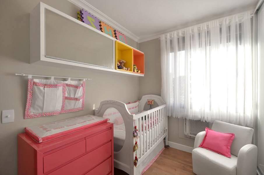 comoda colorida quarto de bebe rosa e branco alessandra bonotto 35649