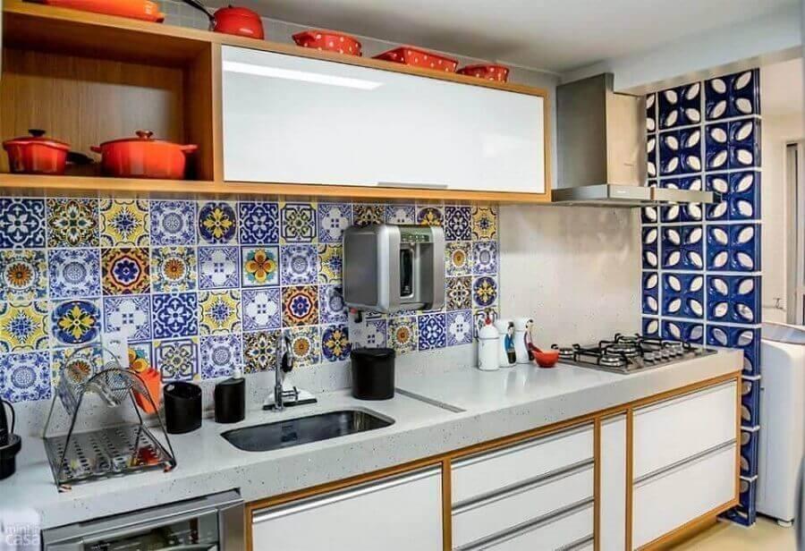 cozinha com lavanderia integrada separada com parede de cobogó cerâmico e revestimento em ladrilho hidráulico Foto Caio Jose Andrade