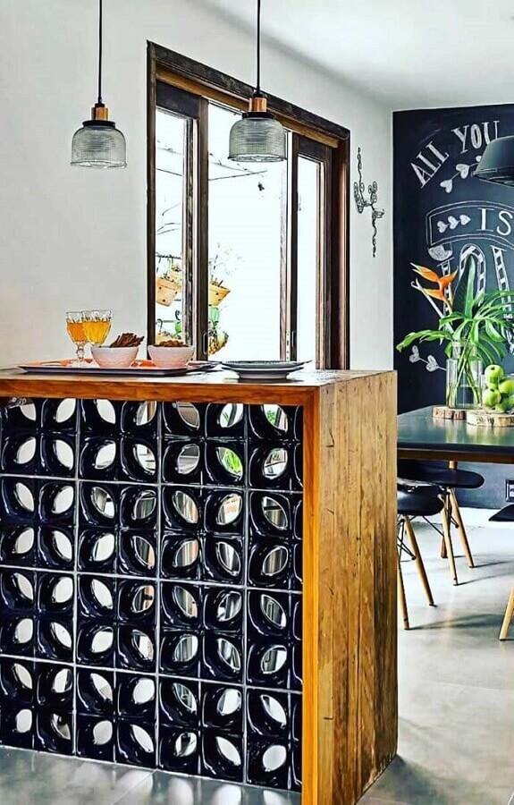 cozinha decorada com balcão de cobogó preto Foto Viviana Reis Design de Interiores