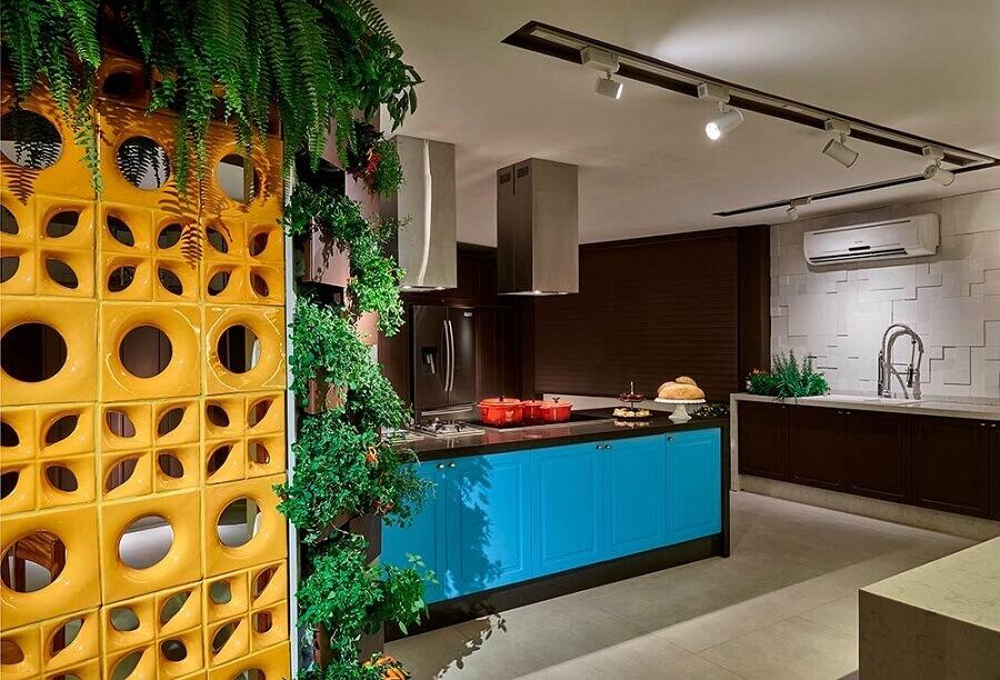 cozinha decorada com cobogó cerâmico amarelo e armário com portas azuis Foto Blog Grifina