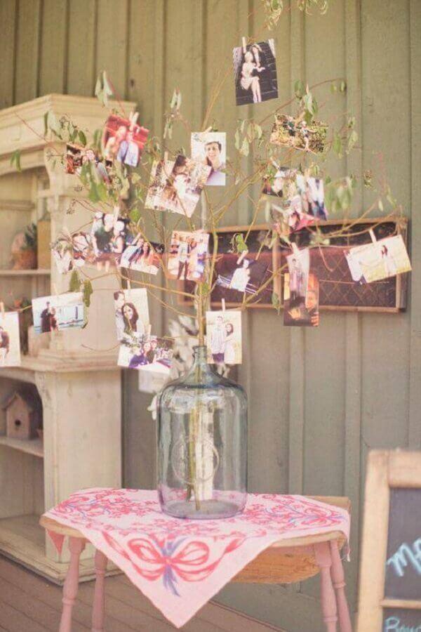 decoração chá de cozinha com mural de fotos em galhos de árvore