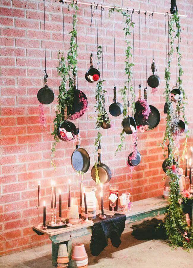 decoração chá de cozinha com painel feito de panelas e folhagens Foto Green Wedding Shoes